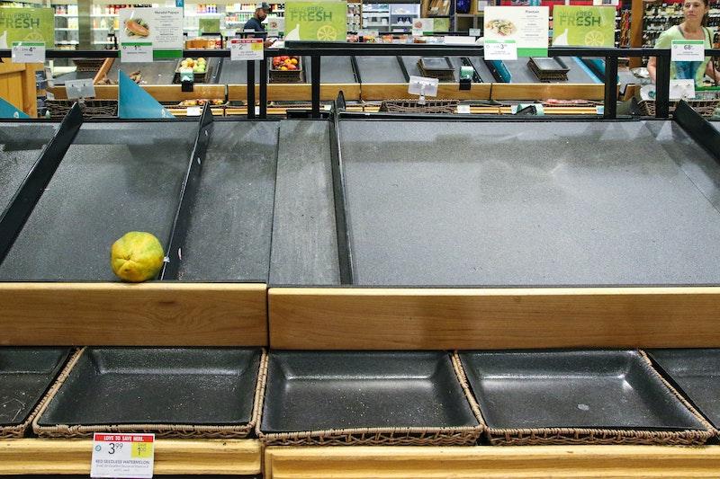 Eine leere Obst- und Gemüseabteilung im Supermarkt. In Zeiten von Corona wird manchmal eine Ausgangssperre verhängt, um zu verhindern, dass die Infektionszahlen steigen. Jetzt erfahren Sie, wann Sie bei einer Ausgangssperre Ihre Wohnung verlassen dürfen.