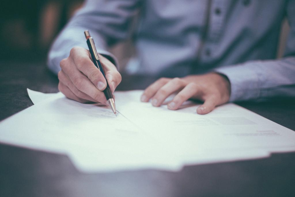 Auf dem Tisch liegen Dokumente und ein Mann unterschreibt sie. Dieser Abschnitt behandelt fünf rechtliche Fragen zu minderjährigen Vereinsmitgliedern.]