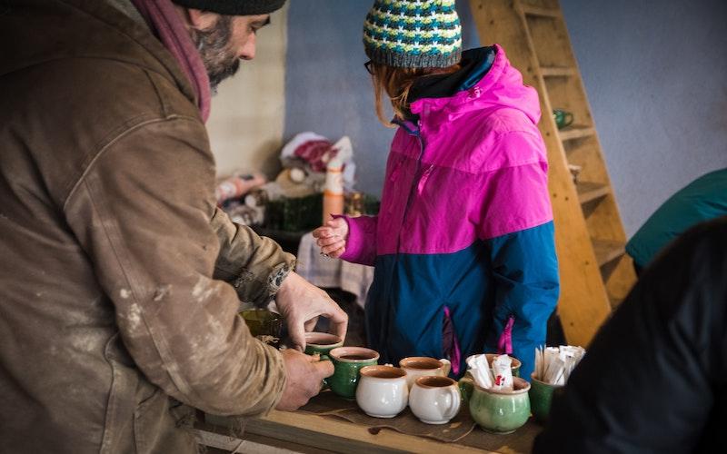 Ein Mann und eine Frau arbeiten auf einem Weihnachtsmarkt. Kunden haben das Recht, einen Kassenbon von den Vereinen zu verlangen, zum Beispiel auch für den Kauf von Glühwein.