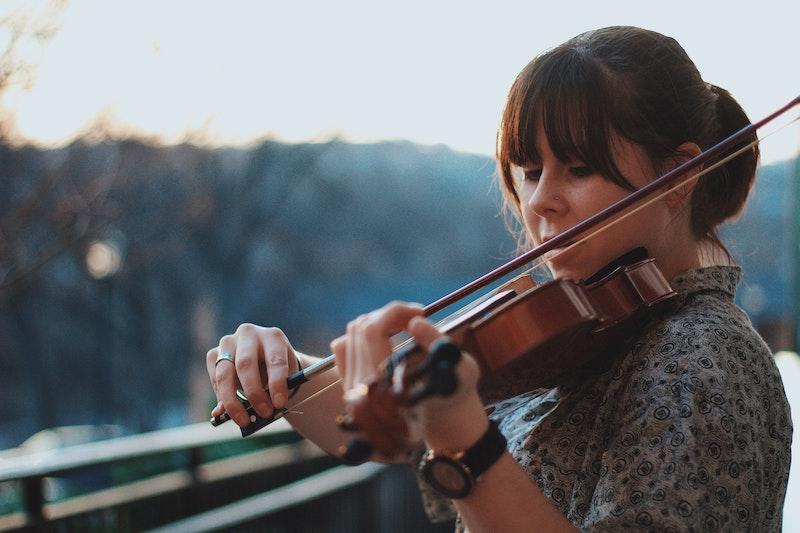 Eine Frau spielt Geige. Anhand eines Praxis-Beispiels, in dem es um Künstler geht und deren Gage geht, erfahren Sie jetzt, weshalb Vereine ihre steuerlichen Pflichten Ernst nehmen sollten.