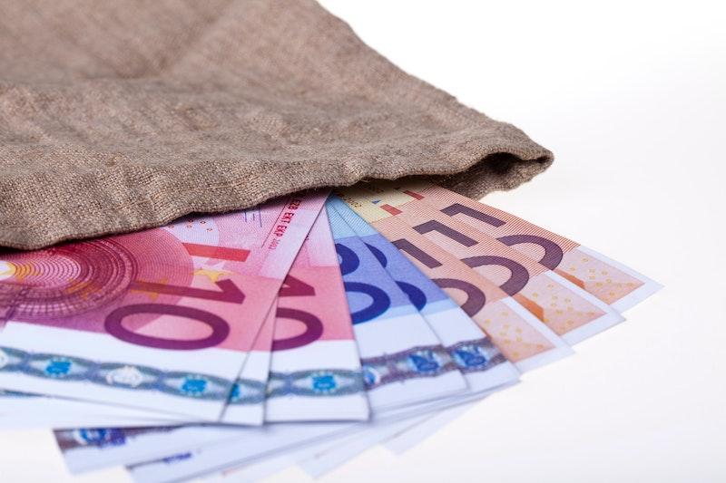 Euro-Scheine liegen auf einer weißen Oberfläche. Wir verraten Ihnen jetzt, wann Vereine umsatzsteuerpflichtig sind und welche anderen Steuern anfallen können