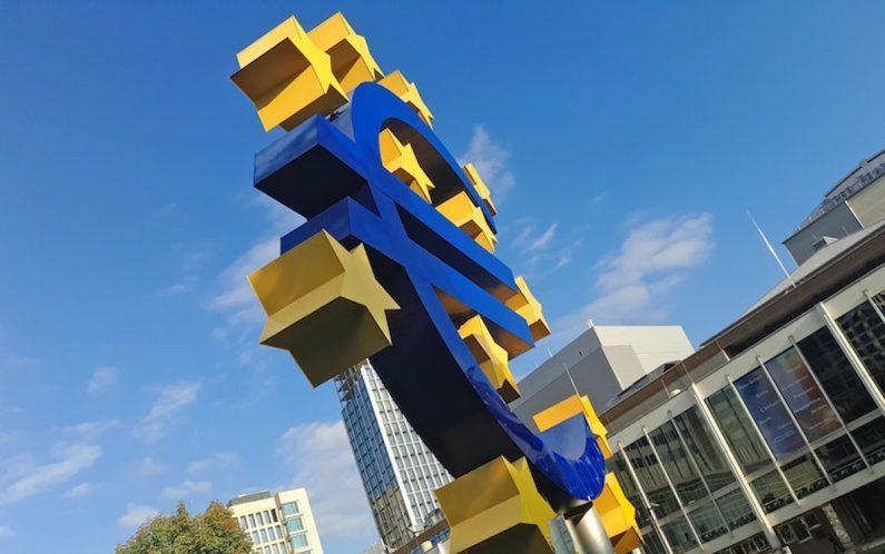 Ein großes Euro-Symbol steht vor einer Bank in Frankfurt. Wir verraten Ihnen interessante Tipps zum Thema Vereinskonto und zeigen Ihnen anhand von Musterbriefen, wie Sie mit Banken richtig umgehen und Ihre Vereinsrechte durchsetzen können.