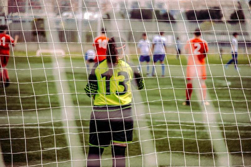 Jugendliche spielen Fußball. Jetzt erfahren Sie unter anderem, was die Veranstalterhaftpflicht ist und warum Sie sie bei der Organisation größerer Veranstaltungen wie zum Beispiel Fußballspielen in Erwägung ziehen sollten.