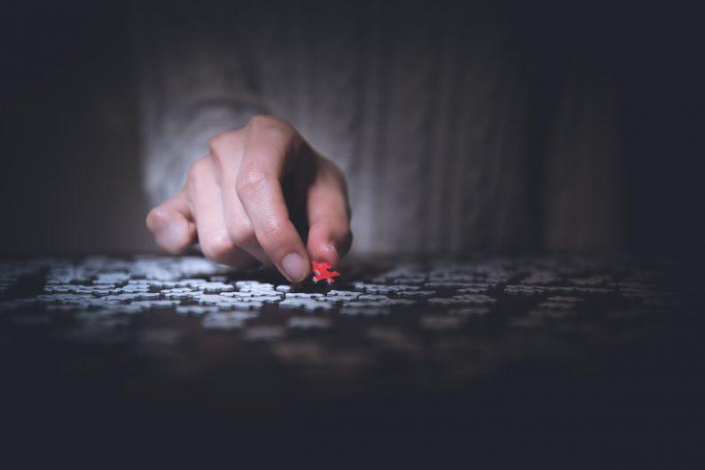Auf dem Tisch sind viele kleine Puzzlestücke, eine Person nimmt ein rotes Puzzlestück vom Tisch. Manchmal kommt es auch in Vereinen vor, dass ein Vorstandsmitglied einen Rücktritt verkündet oder es zur Auflösung des Vereins kommt. Wichtige Informationen dazu finden Sie in diesem Beitrag.