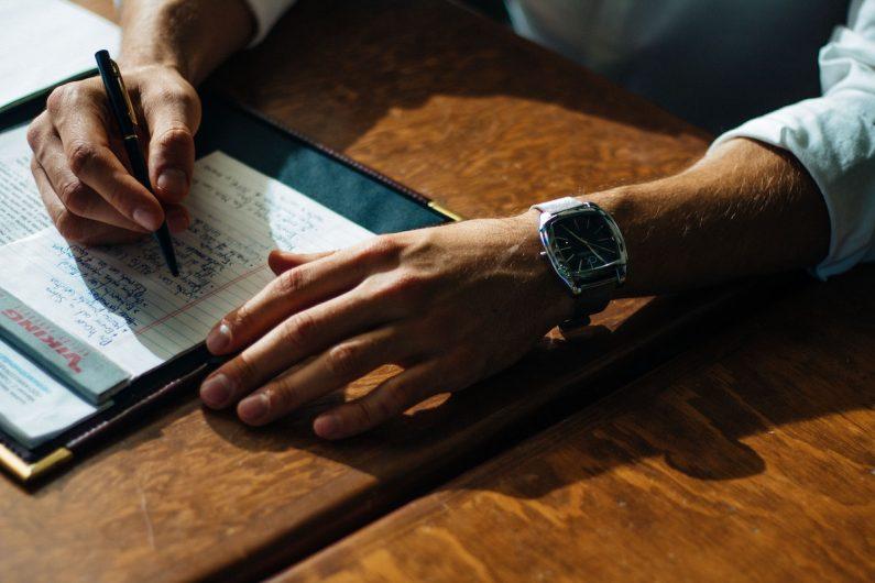 Ein Mann schreibt in ein Notizbuch. In diesem Beitrag erfahren Sie interessante Informationen zum Thema Aufnahmeantrag im Verein, inklusive Praxis-Tipps und Musterformulierungen.
