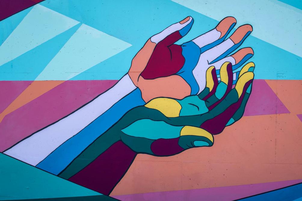 Zusammen oder allein? Diese ausgestreckten Hände symbolisieren die Zusammenarbeit im Vereinsvorstand, welche durch die Vertretungsbefugnis maßgeblich gesteuert wird