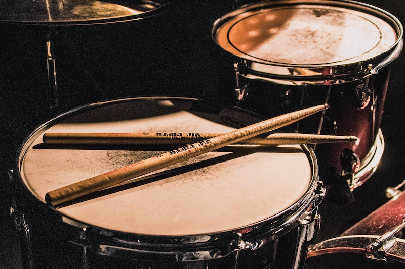 Zu sehen ist ein Schlagzeug-Set. Wenn der Vorstand im Verein gegen seine Pflichten verstößt, können ihn Mitglieder in Haftung nehmen. Das demonstrieren wir Ihnen anhand eines Beispiels mit Musikinstrumenten.