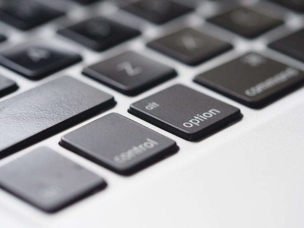 Alt tag: Buchstaben auf einer Tastatur. Mit dieser Checkliste in 5 Schritten wird es kinderleicht, eine Pressemitteilung für Ihren Verein zu verfassen
