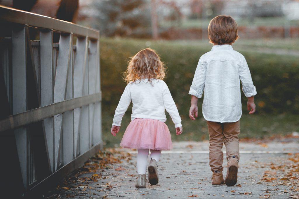 Ein Mädchen und ein Junge überqueren eine Fußgängerbrücke. Ab 7 Jahren gilt ein Kind als beschränkt geschäftsfähig und kann aktiv am Vereinsleben teilnehmen.]