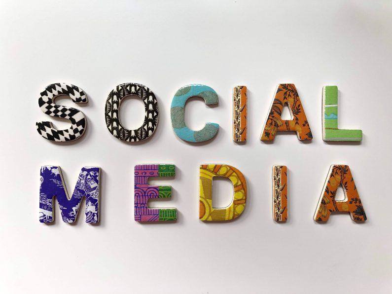 """Diese gelegten Buchstaben ergeben zusammen den Schriftzug """"Social Media"""". In diesem Artikel geht es darum, wie Sie Social Media gezielt für Ihren Verein nutzen können.]"""
