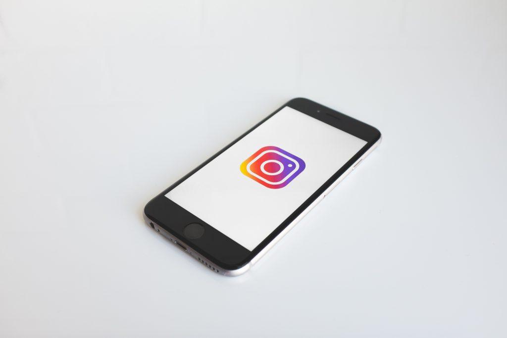 Ein Smartphone mit dem Instagram-Logo auf dem Display. In diesem Kapitel geht es darum, wie Sie Instagram für Ihren Verein nutzen können.