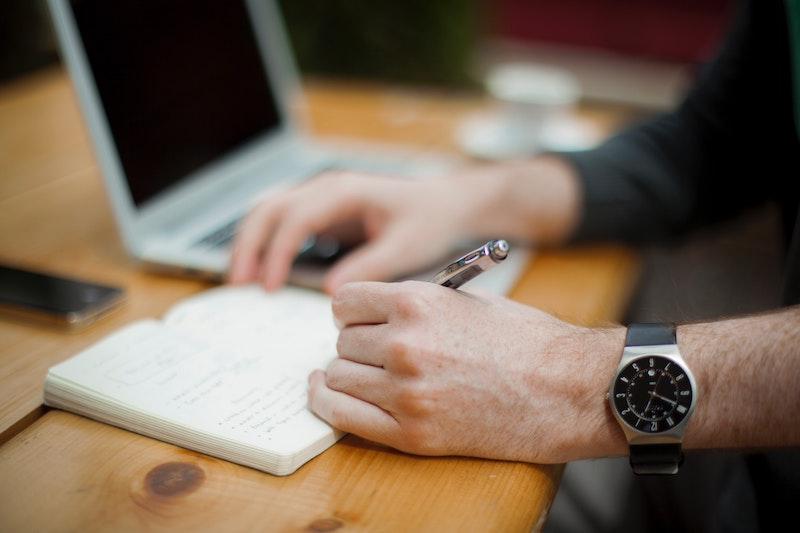 Ein Mann schreibt in ein Notizbuch. Ein Vorstandsmitglied kann in der Regel seinen Rücktritt mündlich verkünden, jedoch kann die Vereinssatzung auch bestimmen, dass dieser schriftlich erfolgen muss, um transparenter zu sein.