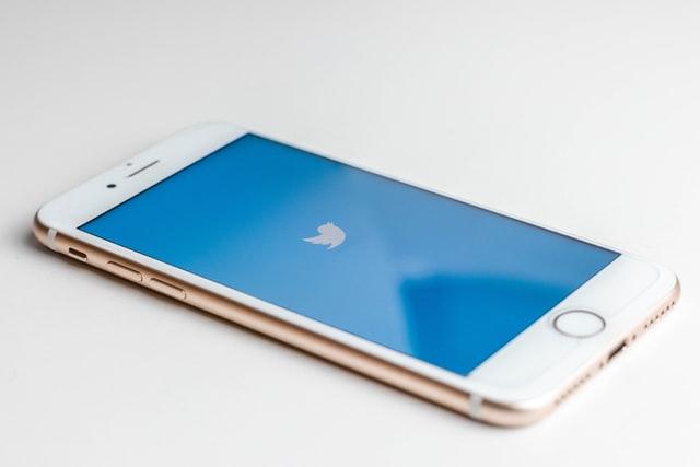 Ein Smartphone mit dem Logo von Twitter. Im folgenden Abschnitt geht es darum, wie Sie Twitter für Ihre Vereinsarbeit nutzen können.