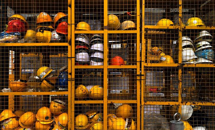 Dutzende orangefarbene Bauarbeiterhelme sind in metallenen Kästen verstaut. Sicherheit ist beim Anlegen von Vereinsvermögen das A und O. Welche Anlagemöglichkeiten dafür besonders in Frage kommen, erklären wir Ihnen jetzt.