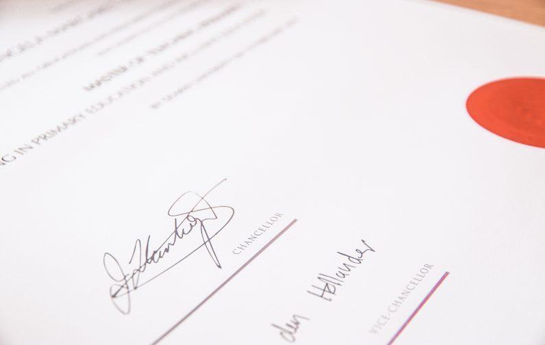 Zwei Unterschriften auf einem Blatt Papier. Mit einer individuellen Regelung in der Satzung können Sie die Unterschriftenregelung in Ihrem Verein ganz nach Ihren Wünschen gestalten.