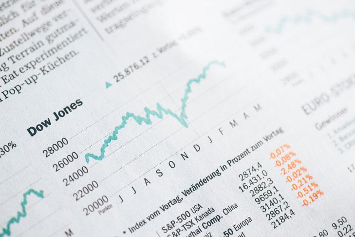 Ausschnitt einer Börsenseite einer Tageszeitung mit aktuellen Aktienkursen. Wenn Sie sich als gemeinnütziger Verein auf das Börsenparkett wagen möchten, müssen Sie einiges beachten. Mehr dazu erfahren Sie jetzt.